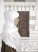 Vackra muslimsk kvinna isolerad på vit, profil — Stockfoto
