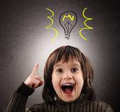 Exellent idee, kind mit illustrierten glühbirne über dem kopf — Stockfoto