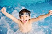 Actividades de verano y piscina para niños felices en la piscina — Foto de Stock