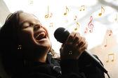 Filho de músico, cantando com microfone — Foto Stock