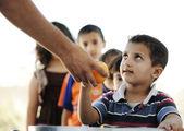 Głodne dzieci w obozie dla uchodźców, dystrybucja żywności humanitarnej — Zdjęcie stockowe
