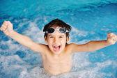 Chico súper contento dentro de la piscina — Foto de Stock