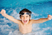 Super šťastný chlapec uvnitř bazénu — Stock fotografie