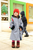 Cute girl outdoor, standing in front of preschool kindergarten — Foto Stock