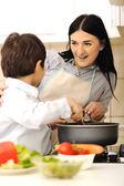 Mor och barn laga mat, måltid tillsammans — Stockfoto