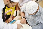 образования деятельность в классе на школа, мусульманского учителя, показаны коран t — Стоковое фото