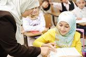 Actividades de educación en el aula en la escuelas, felices los niños que aprenden — Foto de Stock