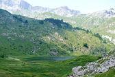 Lac dans les collines de la montagne — Photo
