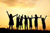 剪影,快乐玩耍的孩子们在草地上、 日落、 夏季组 — 图库照片