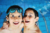 Latem i kryty działalności szczęśliwy dzieci na basenie — Zdjęcie stockowe
