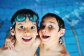 Zomer en zwemmen activiteiten voor gelukkige kinderen op het zwembad — Stockfoto