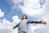 Petit garçon, se sentant une liberté sur prairie dans la nature — Photo
