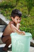 Dziecko bardzo ładny z zewnątrz wody — Zdjęcie stockowe