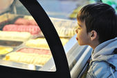 Kid on glass waiting for ice cream — Стоковое фото