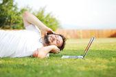 Szczęśliwy człowiek na łące słuchania muzyki — Zdjęcie stockowe