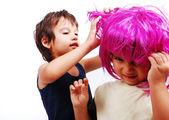 Dvě roztomilé děti s růžovými vlasy a obličejové gesto — Stock fotografie
