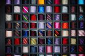 Nombreuses étagères, mode cravates colorées — Photo