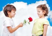 Muy linda escena de dos niños con rose — Foto de Stock