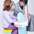 Young muslim woman playing and learning little daughter — Lizenzfreies Foto