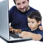 far och son på laptop — Stockfoto