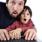 far och son på laptop, chock — Stockfoto