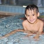 bambini che giocano sulla bella piscina — Foto Stock
