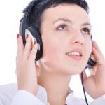 mujer hermosa joven con auriculares escuchando música — Foto de Stock