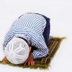 Müslüman çocuk geleneksel bir şekilde dua ediyor — Stok fotoğraf