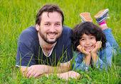 Jeune papa et la petite fille mignonne, bonheur sur prairie — Photo