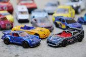 Veel kleine auto's, speelgoed, op de grond buiten — Stockfoto