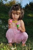 Enfance heureuse en été en plein air, avec des bulles — Photo