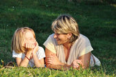 Enfant avec la mère, bonheur sur le pré vert en été — Photo