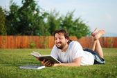 Jonge man is tot op groene grond en leren — Stockfoto
