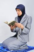 伝統的な方法で祈り素敵な若いイスラム教徒の女性 — ストック写真