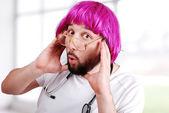 Giovane medico divertente nel suo ufficio — Foto Stock
