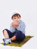 Niño musulmán reza en forma tradicional — Foto de Stock