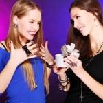 若い女の子の彼女のガール フレンドにギフトを与える — ストック写真