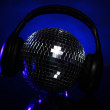 Discoball with headphones on top - 图库照片
