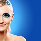 Hermosa rubia con maquillaje artístico — Foto de Stock