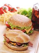 Szybkie jedzenie na stole — Zdjęcie stockowe