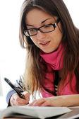 Piękna dziewczyna studiuje w domu — Zdjęcie stockowe