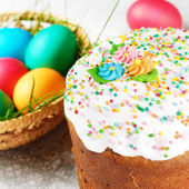 イースターエッグとケーキ — ストック写真