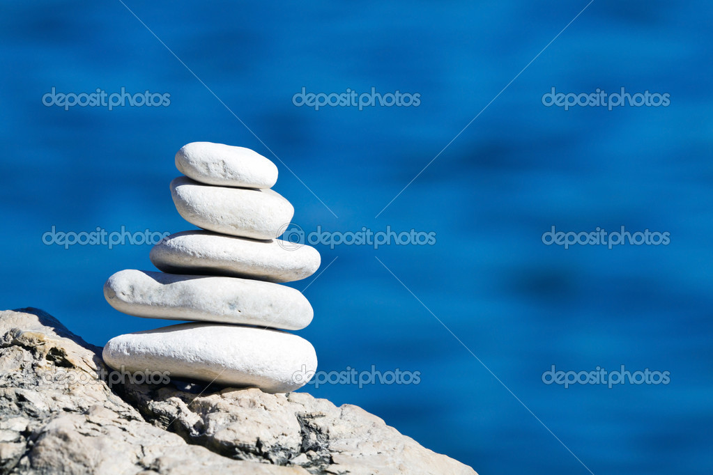 White pebbles stack over blue sea — Stock Photo #9210699