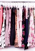 Ropa de moda en las clavijas en una sala de capa — Foto de Stock