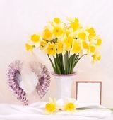 Krásný jarní květiny v skleněné vázy s transparentem, přidání — Stock fotografie