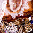 Old wooden open chest with golden jewelry - Foto Stock