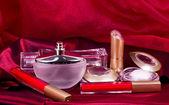 Parfüm şişeleri, kırmızı ruj ve göz farı — Stok fotoğraf