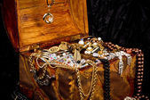 Old wooden open chest with golden jewelry — Stok fotoğraf