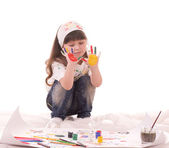 Beautiful little girl paints on a paper with paints — Stock Photo