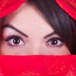 Красивая девушка позирует в красный паранджи — Стоковое фото